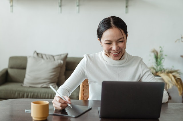 woman on computer communicating remotely with flexible working